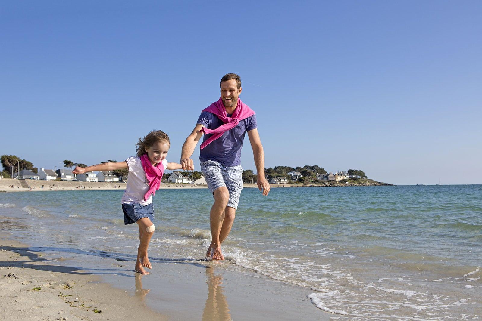 Père et fille sur la plage à Carnac