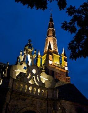 L'église Saint Cornély à Carnac avec son baldaquin illuminé